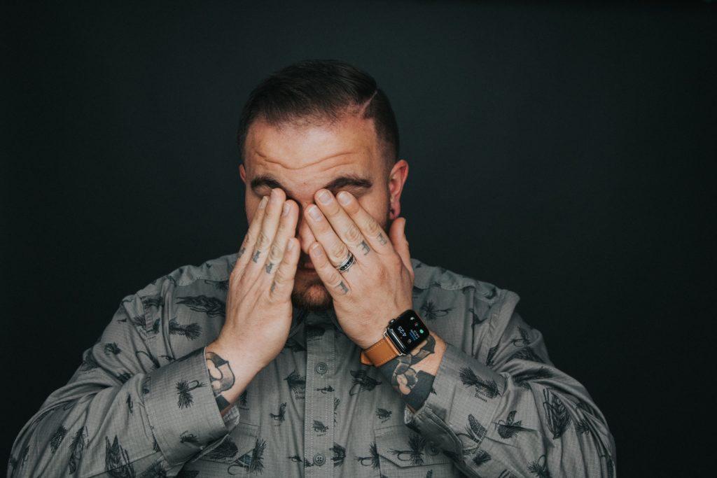 低頭族容易造成頸椎痠痛,如何預防?滑手機族群
