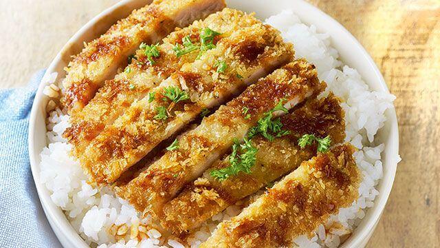 炸豬排飯淋上日式豬排醬